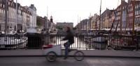 Nyhavn_set_fra_Nyhavnsbroen,_cyklist,_mso